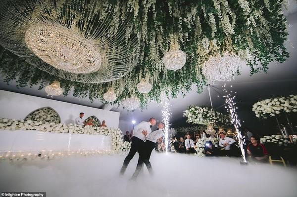Choáng với siêu đám cưới 23 tỷ toàn kim cương và pha lê của cặp đồng tính nam - Ảnh 2.