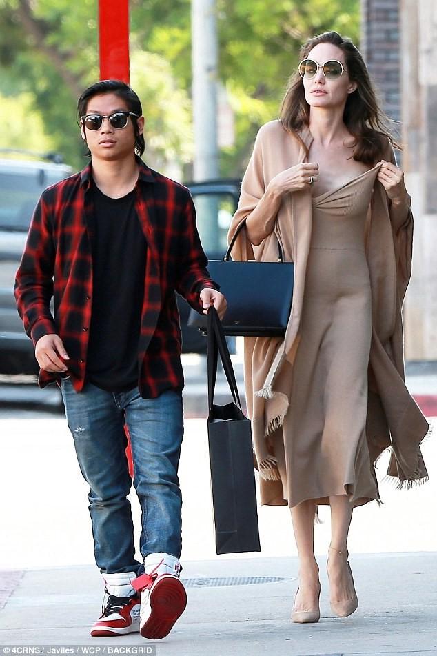 Pax Thiên: Từ cậu bé Việt mồ côi, suy dinh dưỡng đến chàng thanh niên rắn rỏi, sát cánh bên mẹ nuôi Angela Jolie đi qua những tháng ngày yếu đuối nhất cuộc đời  - Ảnh 11.