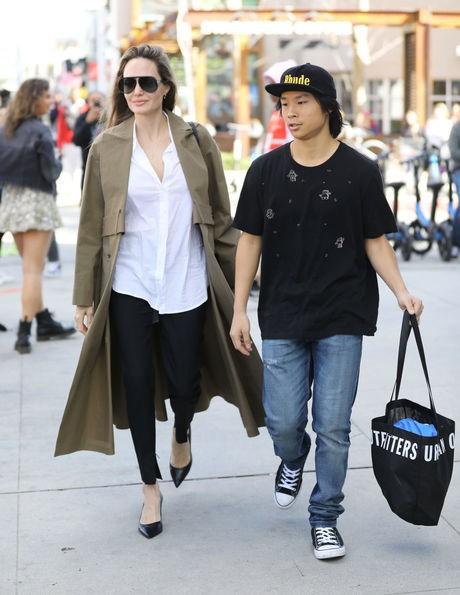 Pax Thiên: Từ cậu bé Việt mồ côi, suy dinh dưỡng đến chàng thanh niên rắn rỏi, sát cánh bên mẹ nuôi Angela Jolie đi qua những tháng ngày yếu đuối nhất cuộc đời  - Ảnh 13.