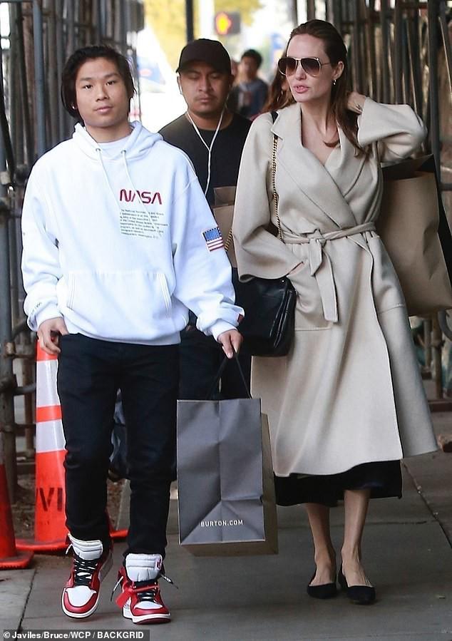 Pax Thiên: Từ cậu bé Việt mồ côi, suy dinh dưỡng đến chàng thanh niên rắn rỏi, sát cánh bên mẹ nuôi Angela Jolie đi qua những tháng ngày yếu đuối nhất cuộc đời  - Ảnh 14.