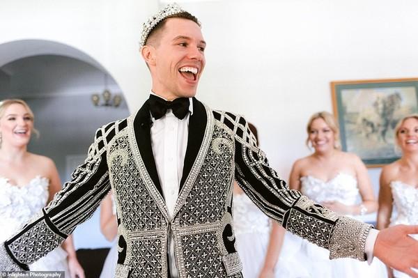 Choáng với siêu đám cưới 23 tỷ toàn kim cương và pha lê của cặp đồng tính nam - Ảnh 8.