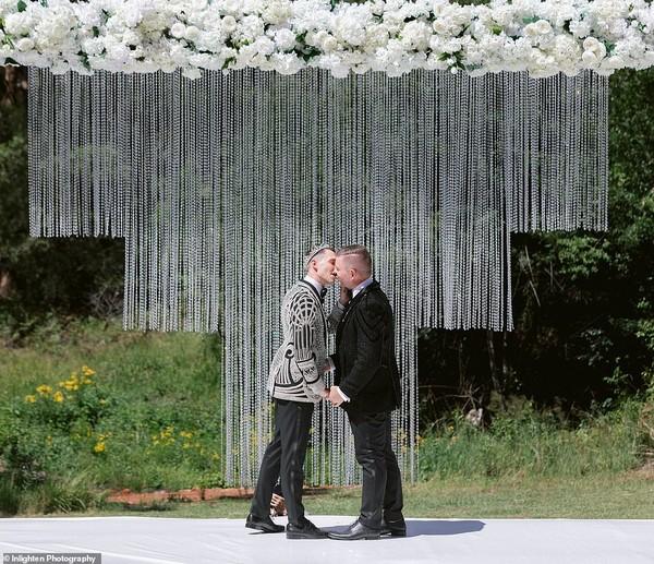 Choáng với siêu đám cưới 23 tỷ toàn kim cương và pha lê của cặp đồng tính nam - Ảnh 10.