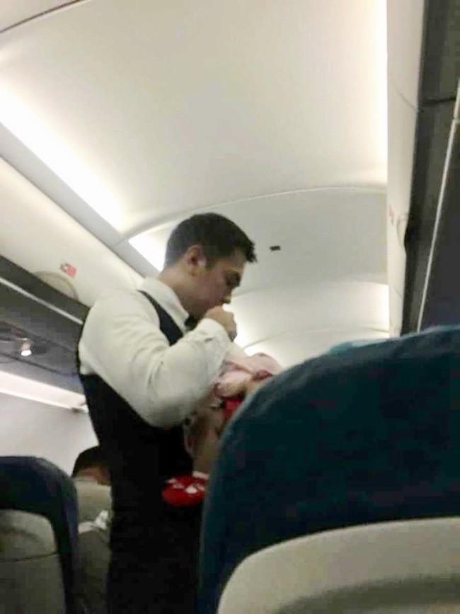 Hình ảnh nam tiếp viên hàng không bế em bé ngủ ngon lành trong tay gây bão cộng đồng mạng và câu chuyện đằng sau đó còn hấp dẫn không ngờ - Ảnh 1.