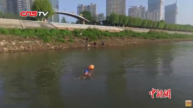 Ông chú 53 tuổi chiến thắng bệnh tiểu đường, bơi 2,2 km vượt sông Dương Tử đi làm mỗi ngày trong 11 năm - Ảnh 3.