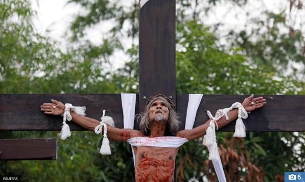 Nghi thức đóng đinh lên cây thánh giá của các tín đồ mộ đạo gây ám ảnh - Ảnh 1.