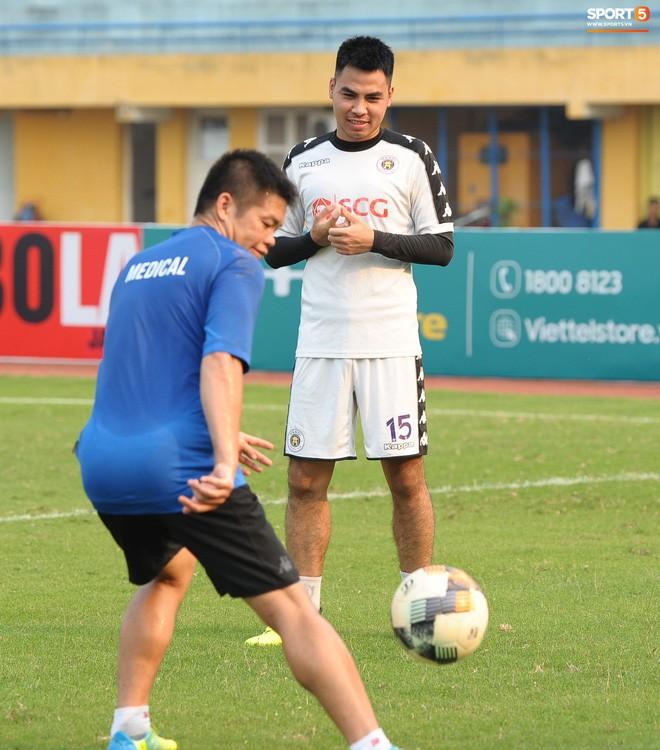 Trở lại lĩnh xướng hàng phòng ngự Hà Nội FC, Đình Trọng thét gào trên sân chỉ đạo anh em tập chiến thuật - Ảnh 13.