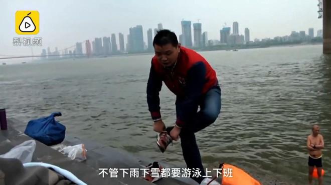 Ông chú 53 tuổi chiến thắng bệnh tiểu đường, bơi 2,2 km vượt sông Dương Tử đi làm mỗi ngày trong 11 năm - Ảnh 4.