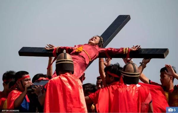 Nghi thức đóng đinh lên cây thánh giá của các tín đồ mộ đạo gây ám ảnh - Ảnh 5.