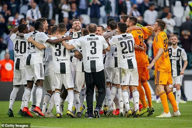 Ronaldo ăn hên, nâng cao chức vô địch đầu tiên từ khi chuyển sang Juventus - Ảnh 5.