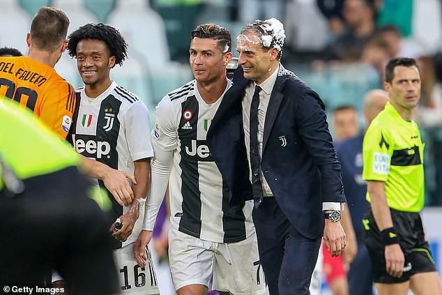 Ronaldo ăn hên, nâng cao chức vô địch đầu tiên từ khi chuyển sang Juventus - Ảnh 7.