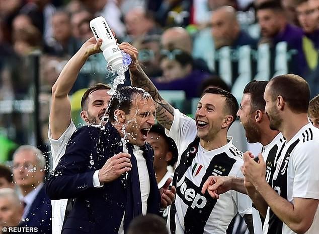 Ronaldo ăn hên, nâng cao chức vô địch đầu tiên từ khi chuyển sang Juventus - Ảnh 6.