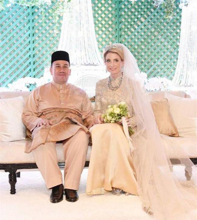 Hé lộ những hình ảnh đầu tiên về cô dâu thường dân Thụy Điển, chiếm trọn trái tim Thái tử Malaysia trong đám cưới xa hoa - Ảnh 3.