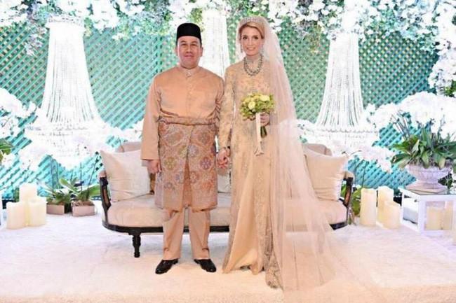 Hé lộ những hình ảnh đầu tiên về cô dâu thường dân Thụy Điển, chiếm trọn trái tim Thái tử Malaysia trong đám cưới xa hoa - Ảnh 4.
