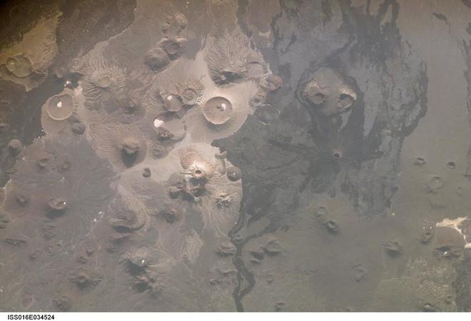 Khắp Trung Đông, hàng ngàn cánh diều khổng lồ có niên đại tới cả 9.000 năm nằm rải rác khắp nơi - Ảnh 1.