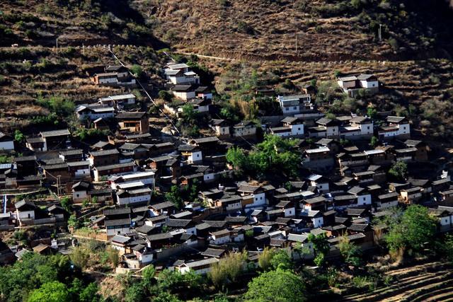 Lặng ngắm ngôi làng cổ yên bình, rất ít người biết đến trên vách đá khổng lồ tại Trung Quốc: Một lần tới Bảo Sơn, cả đời ấn tượng khó quên! - Ảnh 1.