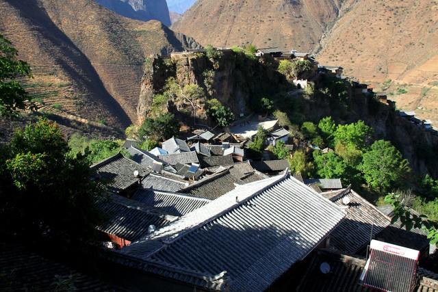 Lặng ngắm ngôi làng cổ yên bình, rất ít người biết đến trên vách đá khổng lồ tại Trung Quốc: Một lần tới Bảo Sơn, cả đời ấn tượng khó quên! - Ảnh 2.