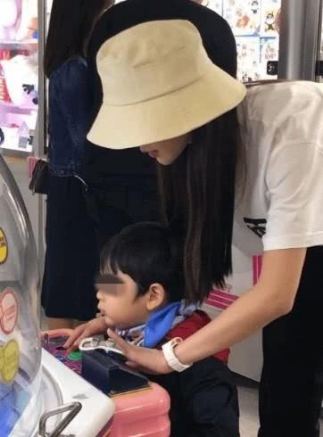 Giữa tin đồn ly hôn Huỳnh Hiểu Minh, nụ cười và niềm hạnh phúc bên con của Angela Baby gây xúc động - Ảnh 3.