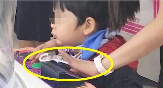 Giữa tin đồn ly hôn Huỳnh Hiểu Minh, nụ cười và niềm hạnh phúc bên con của Angela Baby gây xúc động - Ảnh 4.