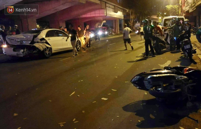 Hình ảnh đau xót: Con trai nữ công nhân môi trường gục khóc bên thi thể mẹ vụ ô tô tông liên hoàn ở Hà Nội - Ảnh 1.