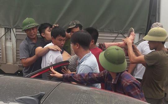 Hai xe tải đối đầu, hình ảnh tài xế được khiêng ra khỏi hiện trường gây ám ảnh