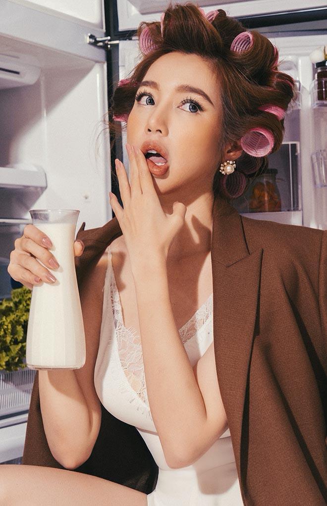 Elly Trần tung loạt ảnh gợi cảm với đồ ăn - Ảnh 1.