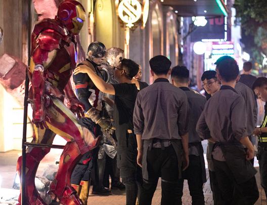 Cơn bão Avengers gây sốt phố đi bộ Hà Nội - Ảnh 1.