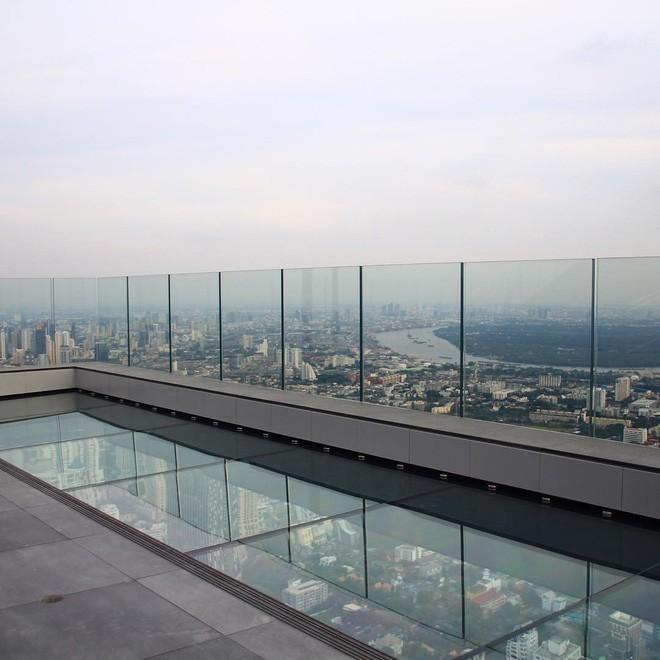 Dân tình hốt hoảng với sàn kính cao ở độ cao trên 300m ngắm trọn cảnh thủ đô Bangkok - Ảnh 2.