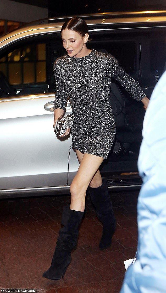Charlize Theron - tình tin đồn của Brad Pitt trẻ đẹp như nữ thần ở tuổi 43 - Ảnh 1.