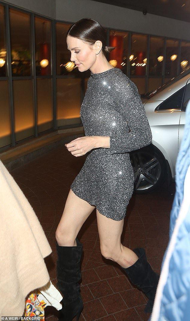 Charlize Theron - tình tin đồn của Brad Pitt trẻ đẹp như nữ thần ở tuổi 43 - Ảnh 2.
