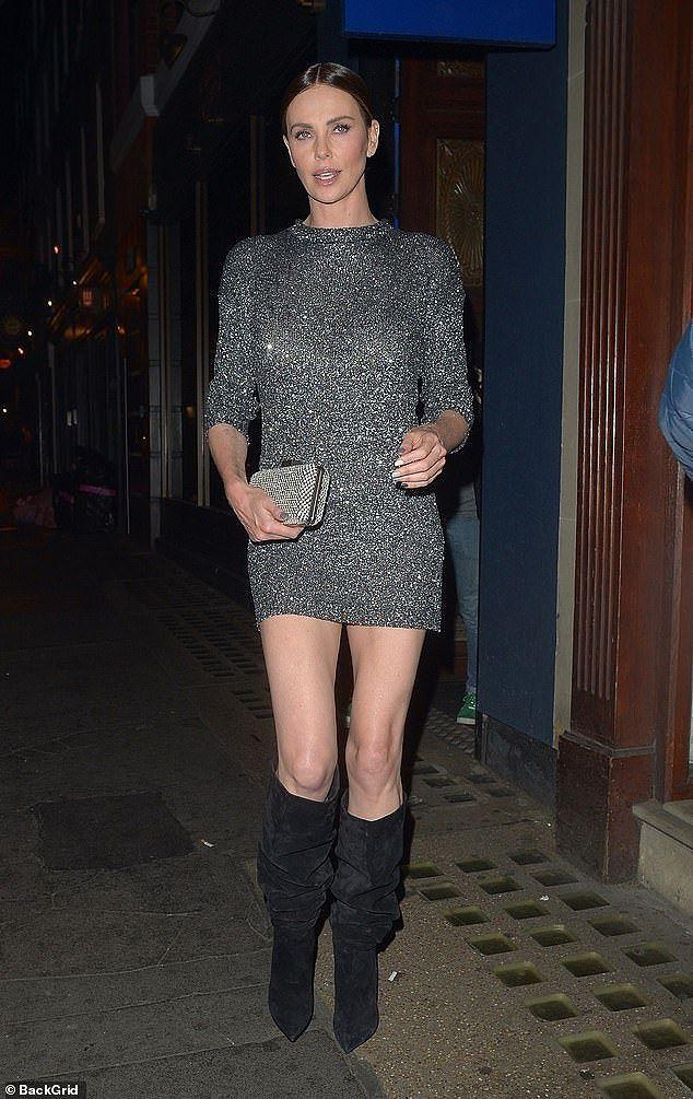 Charlize Theron - tình tin đồn của Brad Pitt trẻ đẹp như nữ thần ở tuổi 43 - Ảnh 7.