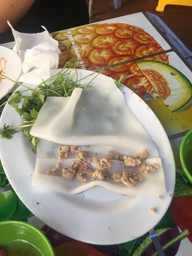 Háo hức ăn phở cuốn trong khu ăn vặt nổi tiếng Hà Nội, cô nàng tức nghẹn vì đĩa bánh mỏng dính như tờ giấy, rắc thêm vài hột thịt nạc - Ảnh 2.