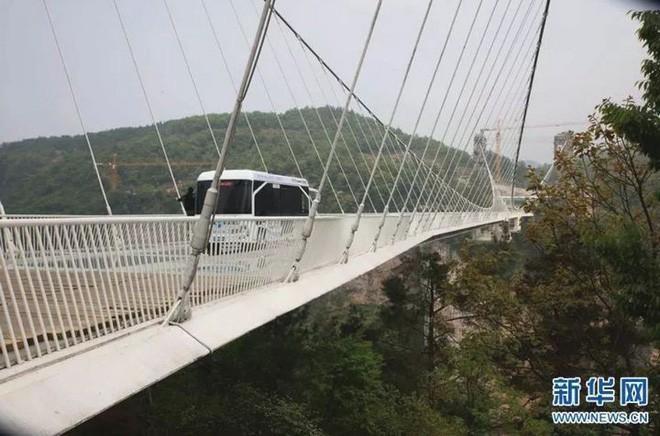 Trung Quốc: Lái xe buýt qua cầu kính khổng lồ để chứng minh độ an toàn của cây cầu - Ảnh 1.