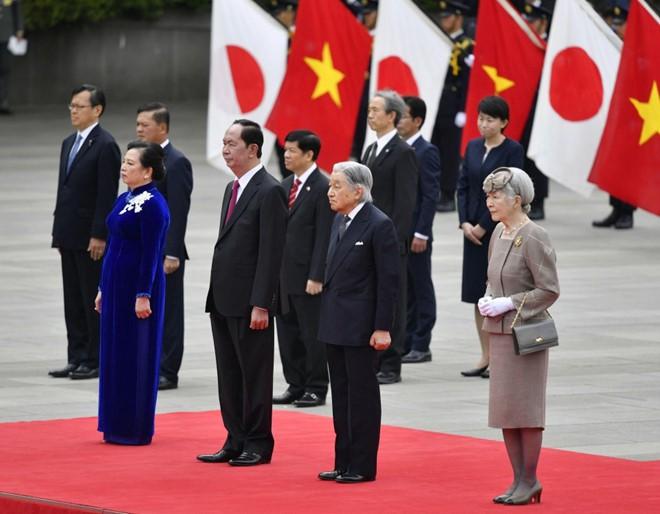 Lòng hiếu khách từ trái tim của Nhật hoàng: Đón khách ở tận nơi đỗ xe, chơi tennis hết mình với khách quý - Ảnh 1.