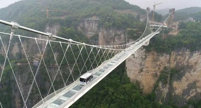 Trung Quốc: Lái xe buýt qua cầu kính khổng lồ để chứng minh độ an toàn của cây cầu - Ảnh 2.