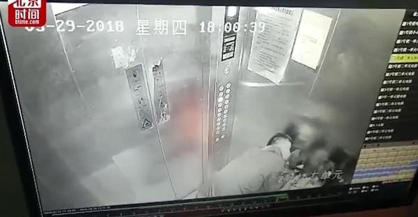 Những kẻ biến thái cưỡng hôn trẻ em trong thang máy gây phẫn nộ ở Trung Quốc - Ảnh 1.