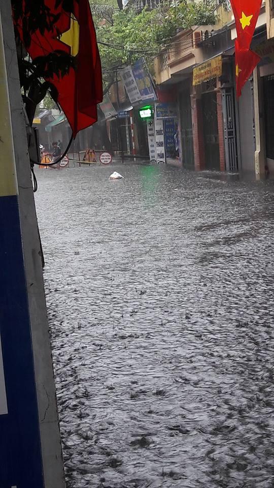 Loạt xe máy lội bì bõm giữa Hà Nội phố cũng như sông, cao tốc mưa trắng xóa khó thấy đường - Ảnh 3.