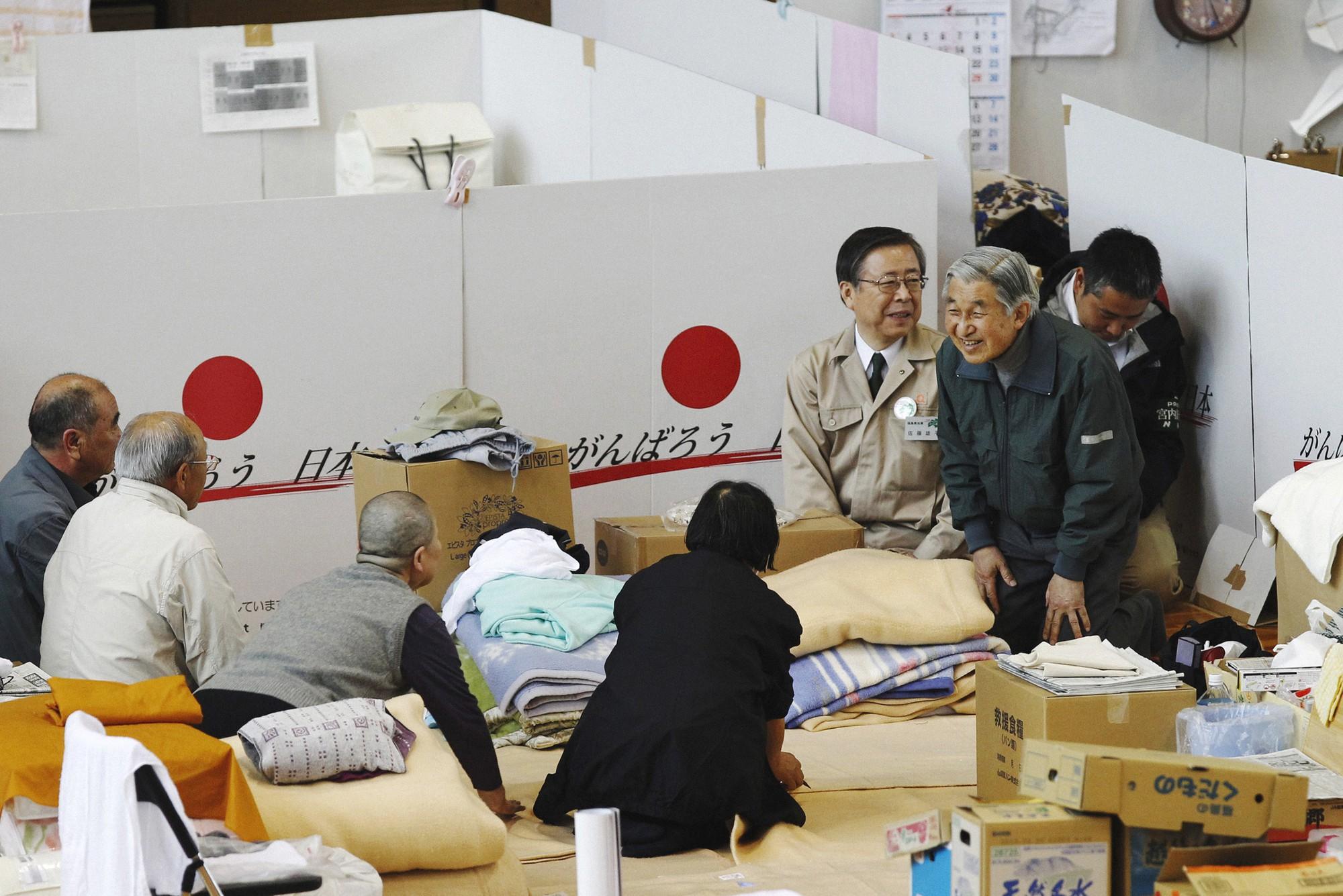 Akihito: Vị Thiên hoàng quỳ gối trước dân và bài phát biểu nhạy cảm bị nhà đài ngang nhiên cắt gọt - Ảnh 15.