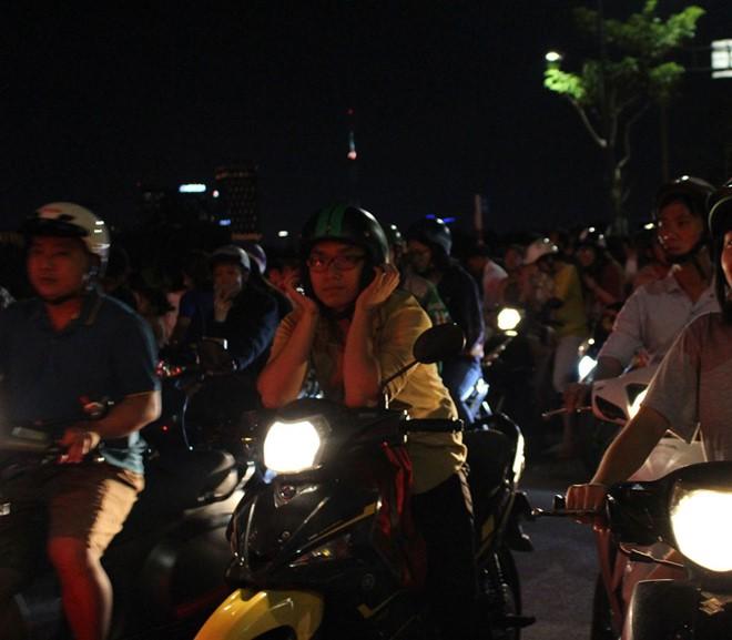 Người Sài Gòn đổ về trung tâm xem bắn pháo hoa, đường vào tòa nhà 81 tầng kẹt cứng  - Ảnh 3.
