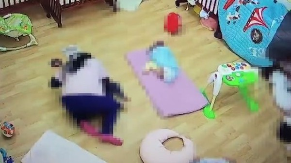Cô giáo nằm đè lên bé 11 tháng tuổi đến nghẹt thở, lý do phía sau khiến ai nghe cũng tức giận - Ảnh 3.
