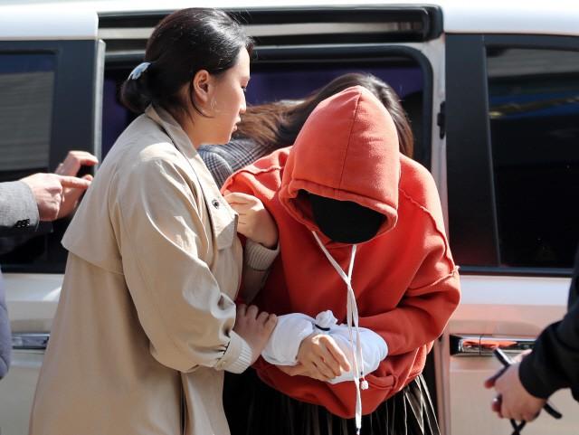 Tin nóng dồn dập: Choi Jong Hoon cuối cùng đã nhận tội, hôn thê tài phiệt cũ của Yoochun bị bắt và trói tay giải về đồn - Ảnh 4.