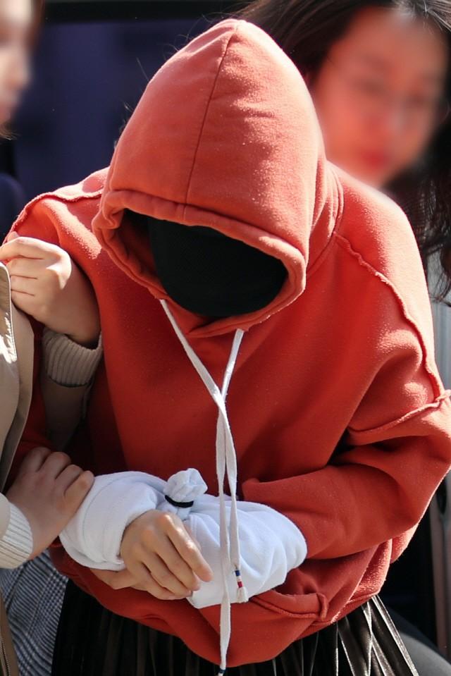 Tin nóng dồn dập: Choi Jong Hoon cuối cùng đã nhận tội, hôn thê tài phiệt cũ của Yoochun bị bắt và trói tay giải về đồn - Ảnh 6.