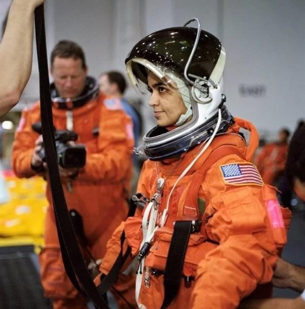 Lý giải nguyên nhân bộ đồ du hành vũ trụ có 2 màu cam và trắng - Ảnh 2.