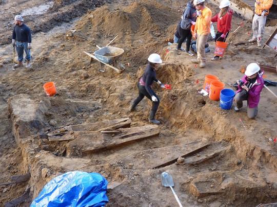 Đào phải hàng trăm ngôi mộ cổ khi làm móng xây chung cư - Ảnh 1.