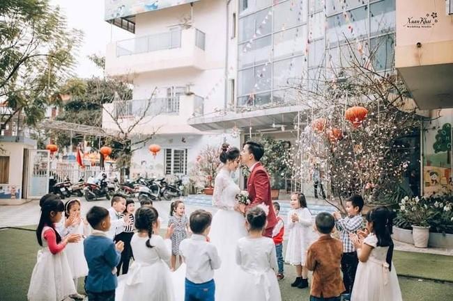 Dễ thương như ảnh cưới của cô giáo mầm non, một cô dâu cả dàn phù dâu phù rể nhí vây quanh - Ảnh 2.