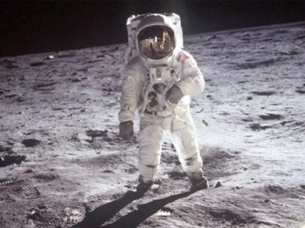 Lý giải nguyên nhân bộ đồ du hành vũ trụ có 2 màu cam và trắng - Ảnh 4.