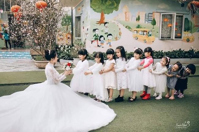 Dễ thương như ảnh cưới của cô giáo mầm non, một cô dâu cả dàn phù dâu phù rể nhí vây quanh - Ảnh 3.
