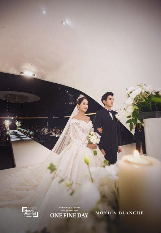 Hôn nhân của Hoa hậu World Cup và mỹ nam kém 17 tuổi: Áp lực vì lấy chồng đáng tuổi cháu - Ảnh 6.