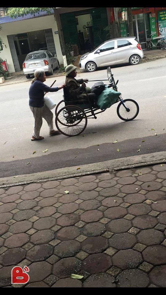 Đôi vợ chồng già tàn tật nhặt ve chai trên đường và câu trả lời bất ngờ khi được cho tiền - Ảnh 1.