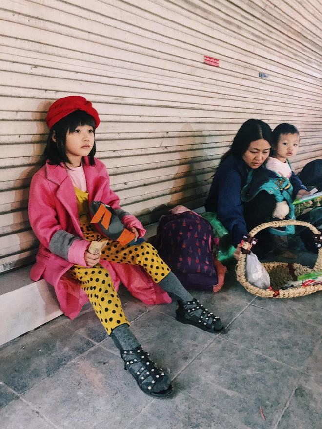Bất ngờ nổi tiếng sau 1 đêm, bé gái 6 tuổi phối đồ chất ở Hà Nội trở về những ngày lang thang bán hàng rong cùng mẹ - Ảnh 1.