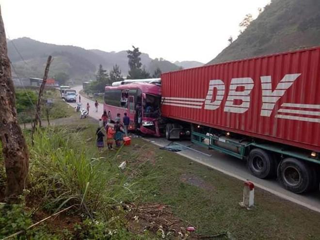 Xe khách biển Lào đấu đầu xe container khiến tài xế gãy chân, quốc lộ 6 ùn tắc kéo dài - Ảnh 3.
